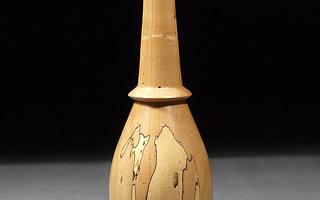 艺术家把原木块变成花瓶