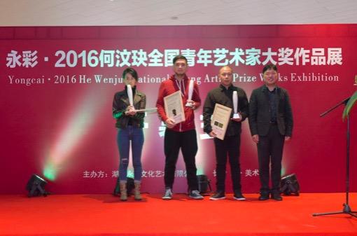 步步高集团主席王填先生为银奖获得者黄子益,贾晓鸥,廖建华颁奖