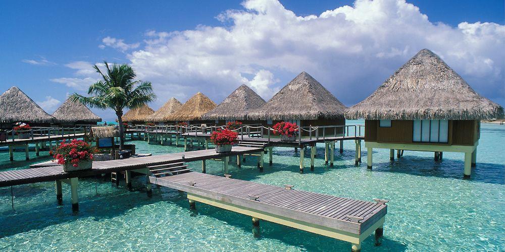 """海岛向来是冬季出游的热门目的地,玻璃般的海水,璀璨的星空,静谧的海滩,想想就让人无限神往。赶快逃离寒冷,跟心爱的人一起去温暖的海岛抱团晒太阳吧。从入门到奢华,这么多的美丽海岛,总有一款适合你!    奢华级海岛:大溪地 预算:3-5万,无上限 所在地:南太平洋 顶级奢华级的梦幻天堂人们常用大溪地岛的名字代指整个法属波利尼西亚,但它其实只是这个广袤群岛上的最大岛。大溪地岛有太平洋女王的美称,这里更被誉为""""最接近天堂的地方"""",还出产世界上唯一一种可以得到黑珍珠的牡蛎!经过漫长的飞行到达"""