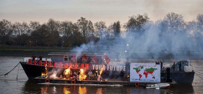 """英国藏家焚烧500万英磅藏品 抗议""""收编""""朋克文化"""