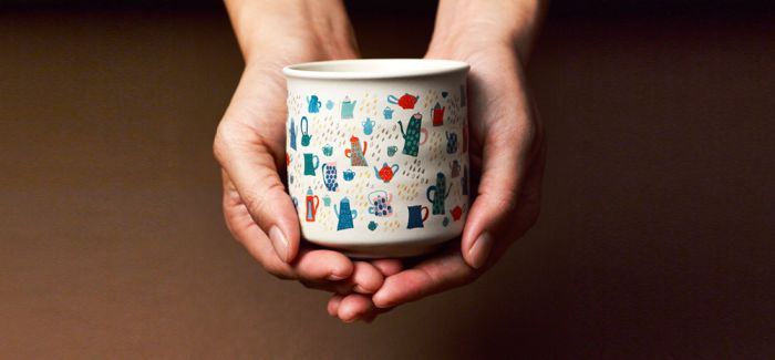 这家工作室把智障儿童画作做成了杯子和关爱