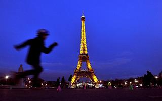 巴黎埃菲尔铁塔一段旧楼梯拍出52万欧元