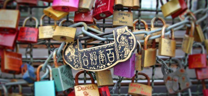 巴黎拆100万把爱情锁 欲卖钱捐给难民救助团体