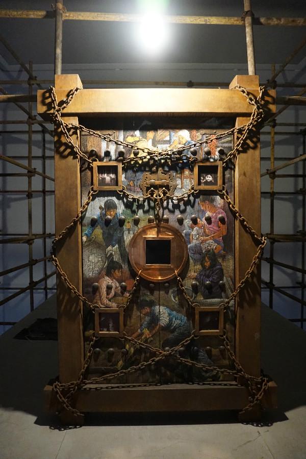展览装置、影像、绘画结合一体的作品