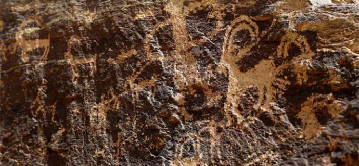 """12月13日,在河南一座古墓发掘现场,出土了几只装有""""牛肉汤""""的鼎,据动物考古专家鉴定,鼎里""""煮""""的是牛前肢。15日,记者联系了该河南墓葬发掘的项目负责人武志江,武志江称,该墓葬为战国时期楚墓,鼎内""""肉汤""""为地下渗水。 15日,河南省文物考古研究院发布的几则消息""""火了""""。据官方消息,当地考古人员在13日发掘出了几口大鼎,鼎内装有满满的一锅""""汤水""""。14日,河南省文物考古研究院官方发布消"""