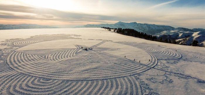 英艺术家阿尔卑斯山上用脚踩雪绘巨图