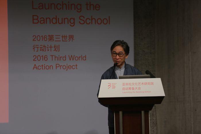 中国美术学院客座教授张颂仁主持会议