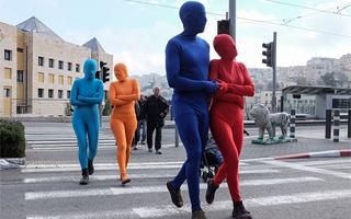 耶路撒冷:彩色紧身衣小人街头暴走庆祝光明节