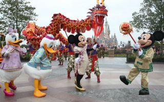 上海迪士尼里的年味儿 米老鼠舞龙互动