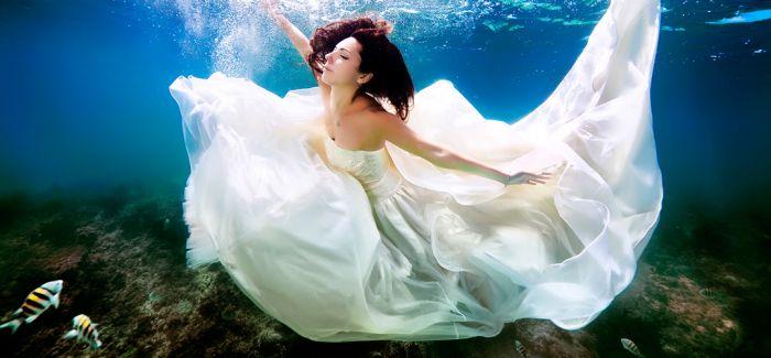 摄影师拍摄唯美水下婚纱照