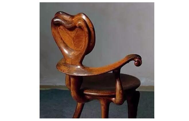 Casa Calvet扶手椅高迪于1902年为他的第一个住宅设计项目而设计的,由古老传统的手工橡木雕刻工艺制作而成,Casa Calvet扶手椅打破传统观念,反对对称形式,极具骨感,似乎马上就要行走似的。