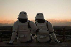西班牙摄影师拍星际战士日常:泡澡看球谈恋爱