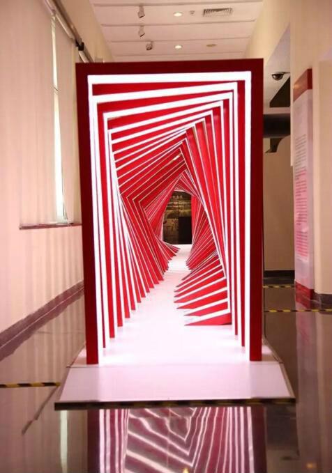 """作者:崔岫闻 作品名称:《光》艺术项目的""""灵""""部分 尺寸可变 材质:装置、装置互动、影像、绘画"""