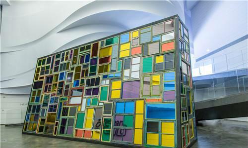 作者:宋冬  作品名称:《穿墙而过》 尺寸:901×460×225cm 材质:装置 旧门窗、镜面、灯、钢架