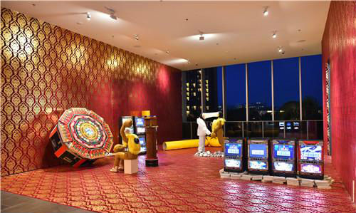 作者:王迈 作品名称:《三亚气候交易所》 尺寸可变(艾迪逊酒店展出场地约100平米) 材质:798旧木模,八角游戏机,游戏老虎机,PVC,雕塑