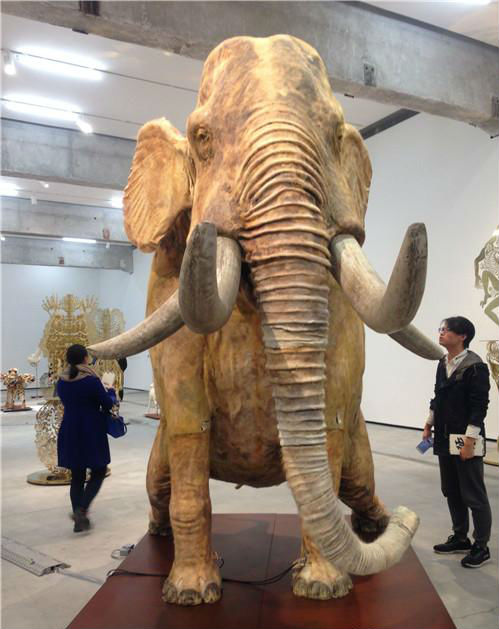 作者:邬建安 作品名称:《征兆——象》 尺寸:405×195×290cm 材质:仿真标本 乐器 铁板