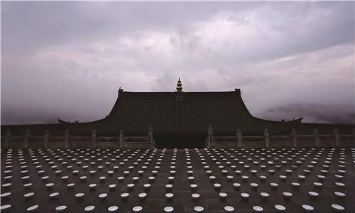 作者:张羽 作品名称:《上水—佑国寺之第三层大殿平台》尺寸不限 材质:行为装置、影像 10000只张羽制造的白色瓷碗(碗底印有张羽制造的红印)、山里的溪水,五台山佑国寺