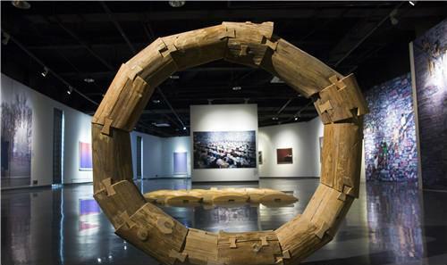 作者:傅中望 作品名称:《随方就圆》 尺寸:直径150cm 材质:装置 木