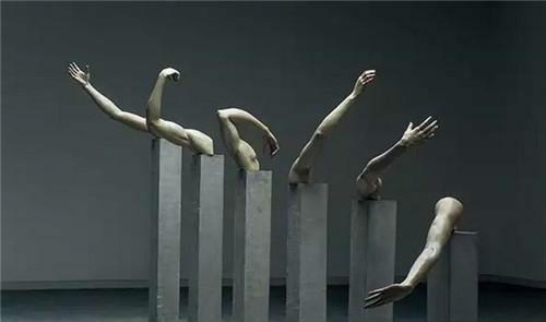 作者:向京 作品名称:《右侧》 尺寸可变 材质:雕塑