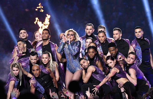 lady gaga冠军单曲_Lady Gaga从天而降 劲歌热舞点燃超级碗现场_音乐_舞台_凤凰艺术