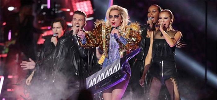 Lady Gaga从天而降 劲歌热舞点燃超级碗现场