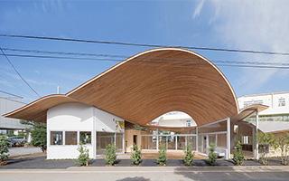 日本一座有着大波浪屋顶的幼儿园