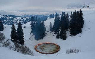 在瑞士阿尔卑斯山生一堆火团