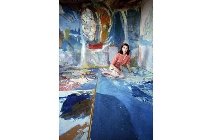 1956年,海伦·弗兰肯特尔坐在她的作品中.