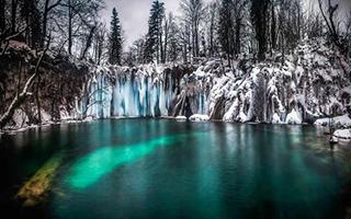 摄影师拍摄冰瀑奇景 场面梦幻似大片