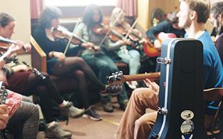 时间的刻刀:奥克尼民谣节 穿越历史的音乐狂欢