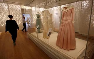 戴安娜王妃逝世20周年 肯辛顿宫展出其穿过25件裙装