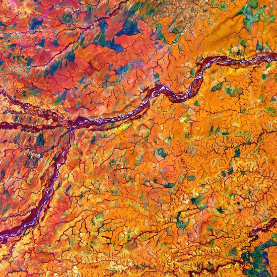 热带草原中的梅塔河,拍摄于哥伦比亚和委内瑞拉的边界地区。梅塔河(中部)两岸覆盖着厚厚的乔木植被,将橘色的热带草原一分为二。