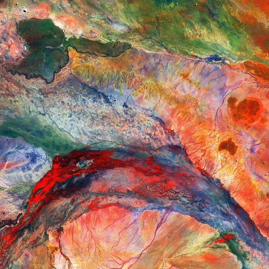 内陆三角洲和肯尼亚东北部的沼泽地。河水从内陆三角洲流入半干旱的非洲平原,在地势较低的中心位置形成沼泽和湿地。深色部分(左上)是古代火山喷发留下了玄武岩地貌。