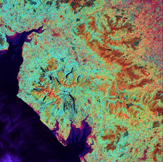 莫克姆湾(中下方)位于英国英格兰西北部坎布里亚郡的湖泊地区,该地山区由细长的湖环绕,四周的U形山谷由上个冰川时代的冰川凿刻而成。