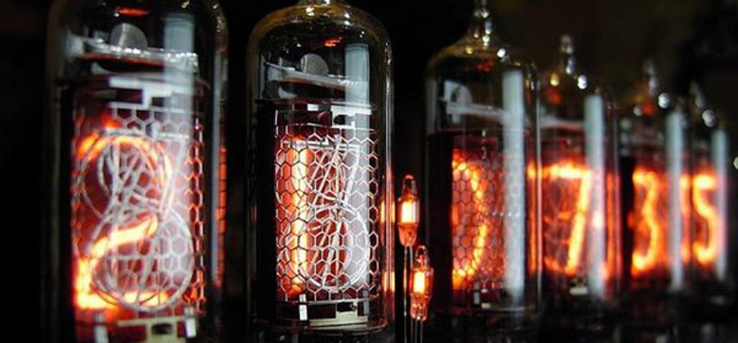 辉光管的学术名字叫「冷阴极离子管」,是一种利用气体辉光放电原理而工作的离子管,一般在物理电路中起稳压、指示等作用。我们今天不科普它放电的物理过程(因为有点难我没看懂……),而是来看看这个有着工科外表的家伙用到手表上,是种怎样独特的感觉。 先卖个关子,生活中常见的辉光放电的发光效应应用,是五彩斑斓的霓虹灯。  辉光管时钟也挺受小众喜爱。  不过像 NIWA 团队把它用在手表显示上的,我倒是头一次见,毕竟手表小小的体积,容纳下辉光管全部部件,也并不容易。NIWA 团队就足足花了2