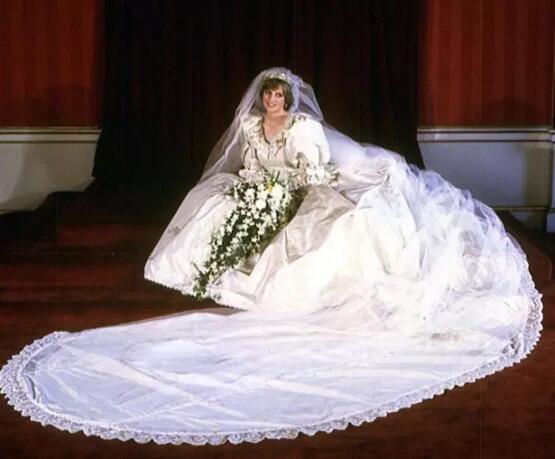 英国已故戴安娜王妃在婚礼上也是选择的一件白色婚纱-婚礼 穿你想穿