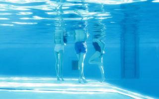 煦暖的蓝色 摄影师Maria Svarbova 的泳池眷恋