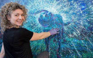 一个用手指画画的美女油画家 画风有多清奇?