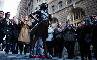 """为什么一家金融巨头在华尔街树起了""""无畏女孩""""雕像"""
