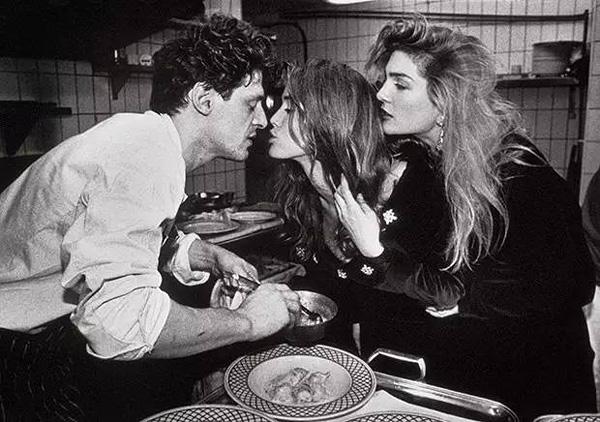 (来后厨拜访White的年轻食客,1990年拍摄于伦敦)