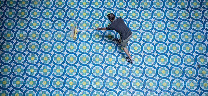 javier de riba 用喷漆给地面铺瓷砖