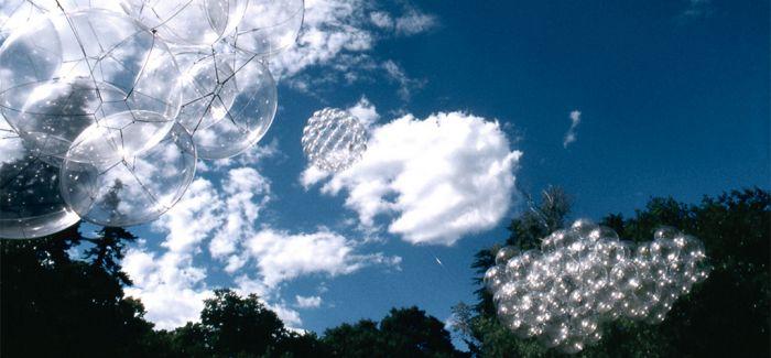 阳光下的泡沫 但可以钻进去享受漂浮的感觉……