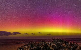看南极光染出艳丽多彩的星空