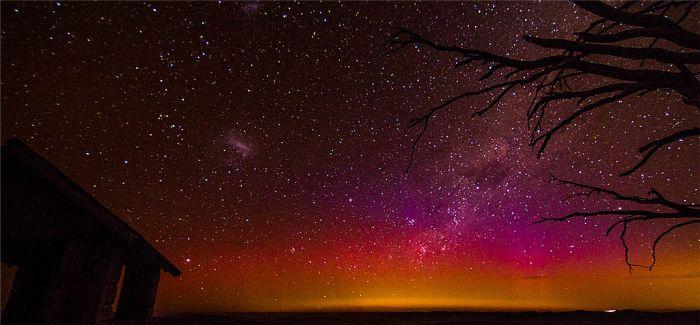 一抹来自澳洲墨尔本的南极光 意外染出艳丽多彩的夜晚星空