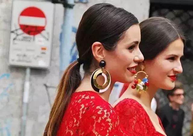 它也可以满足你,简约套头针织衫 一对设计感的圆形耳环,effortless的