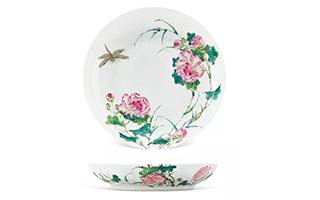 中国嘉德春拍:清乾隆粉彩过枝芙蓉花蜻蜓纹盘