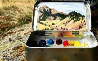 艺术家Heidi Annalise在铁盒内创作袖珍风景画