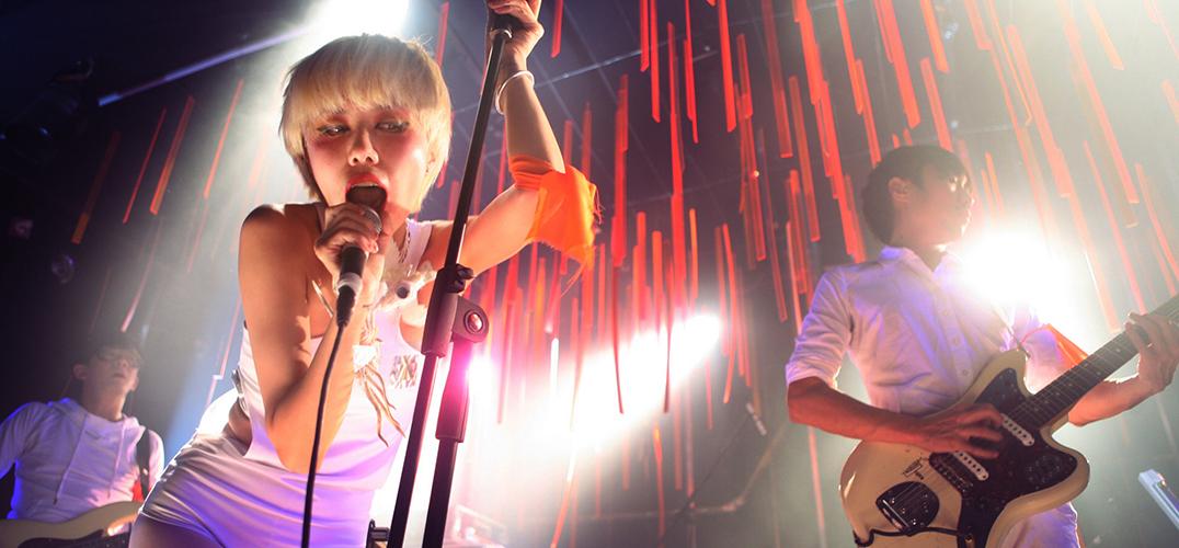 """作为国内知名摇滚乐队""""后海大鲨鱼""""的icon,付菡一直都用她那时髦又具未来感的音乐风格和衣着打扮,吸引了一批又一批年轻的拥护者。但在""""女主唱""""身份之外,付菡其实还是一名""""重度摄影爱好患者""""。 4月15日,付菡的个人摄影展""""漂流记""""在尤伦斯当代艺术中心(UCCA)的Dorm开幕,在策展人——UCCA副馆长尤洋的帮助下,她从这些年与乐队游走各地时随手拍下的3000张胶片里,挑选出了80张作"""