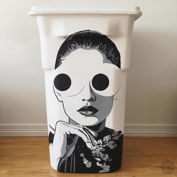 一个个65加仑装的大垃圾箱,经过45位艺术家的天才涂鸦,成为场上吸睛的