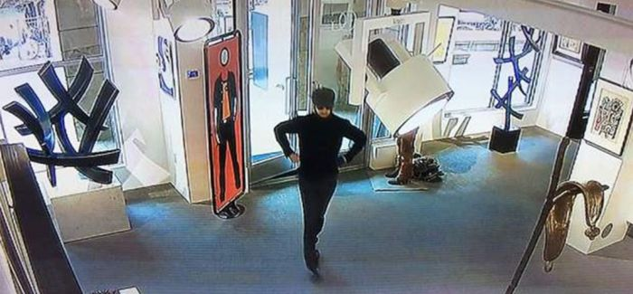 男子用刀割毁克里斯特夫·伍尔画作